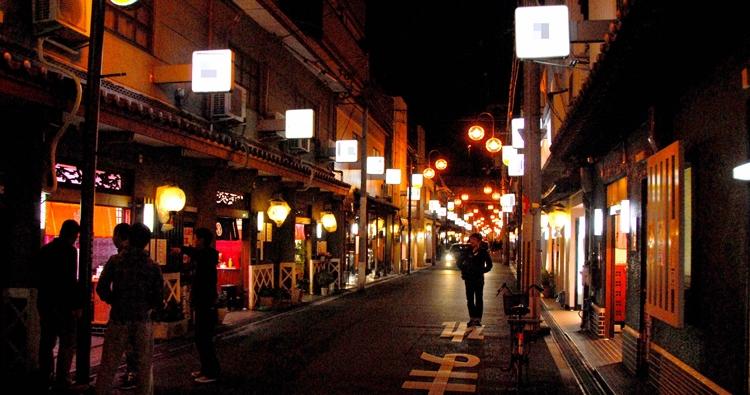 明かりがともれば本来はこんな独特の夜の街(写真/AFLO)