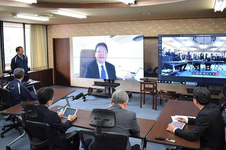 新型コロナウイルス対策で自宅からテレワークで会議に参加する熊本市の大西一史市長(時事通信フォト)