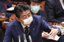 「小学生が使う給食用マスクみたい」と言われる安倍首相の布マスク姿(時事通信フォト)