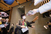 「密」を避けるため記者に離れるよう促す東京都の小池百合子知事(時事通信フォト)