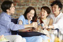 仲間内の食事や飲み会もリスク増だ(写真/PIXTA)