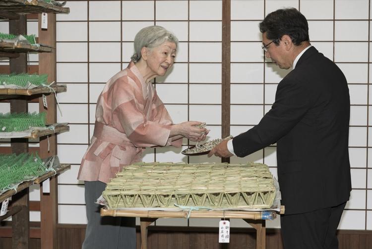 美智子皇后(現上皇后)のように伝統の蚕の世話に取り組めるのか(写真/宮内庁提供)