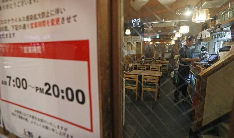 東京都の要請を考慮し午後8時で閉店した居酒屋(時事通信フォト)
