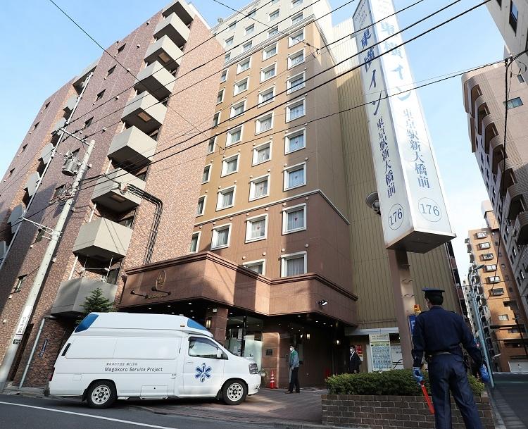コロナ軽症患者は移送専用の車両でホテルに収容(時事通信フォト)