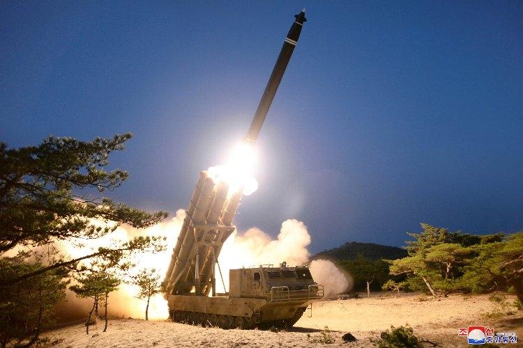 3月29日に北朝鮮から発射された短距離ミサイル(EPA=時事通信フォト)