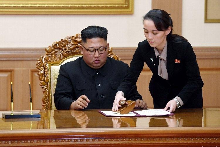 金正恩氏(左)の後継者と見られている妹の金与正氏(EPA=時事通信フォト)