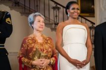 ミシェル・オバマ氏(写真右)と並ぶホー・チン氏(AFP=時事)