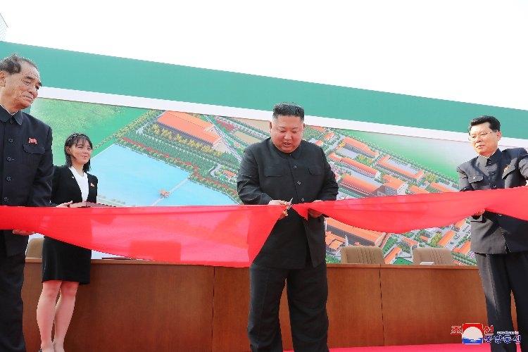 肥料工場(北朝鮮・順川)の完工式に出席した金正恩委員長の写真で健康不安説を打ち消した北朝鮮だが…(EPA=時事通信フォト)