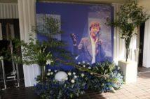 告別式で飾られた西城さんの特大パネル。歌声はいまもファンを魅了する(撮影/小彼英一)