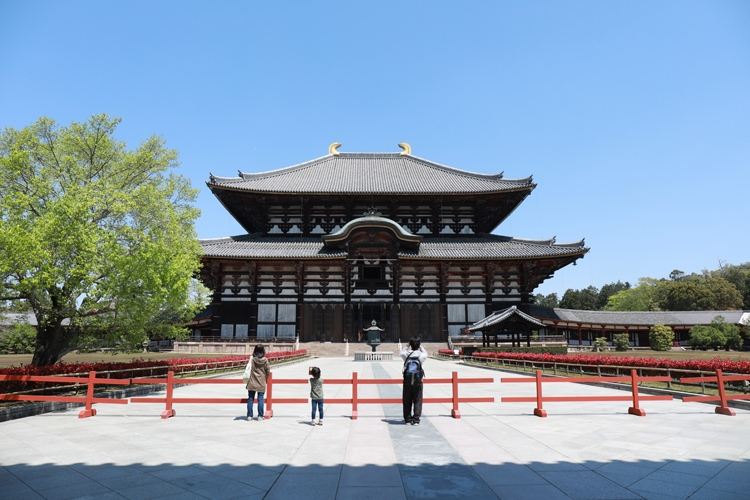 GW中の東大寺はガラガラ(時事通信フォト)