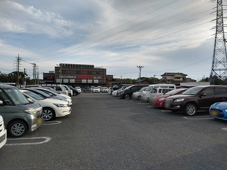 パチンコ店の駐車場は満車だった