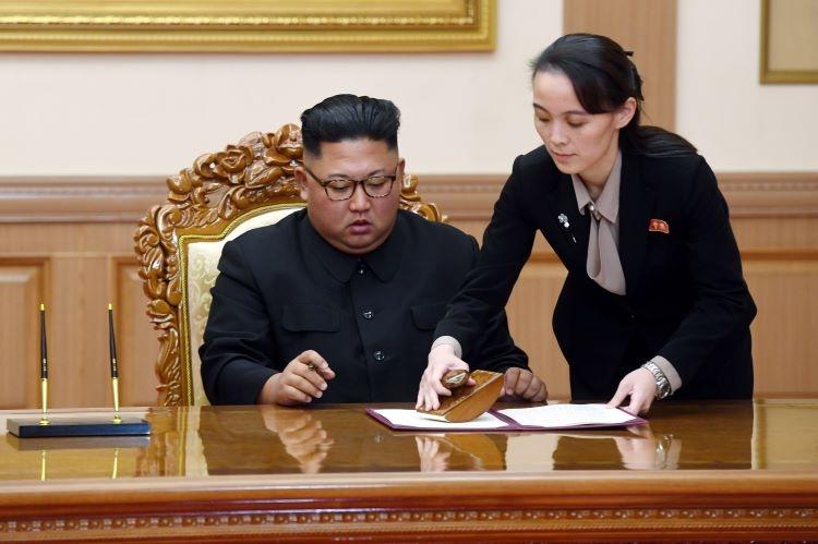 金正恩氏(左)と有力後継者の金与正氏(EPA=時事通信フォト)