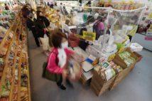 店も客も工夫しているがスーパーはどうしても混み合ってしまう(時事通信フォト)