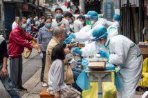 5月15日、中国湖北省武漢市の通りで行われた新型コロナウイルスの検査(AFP=時事)