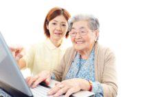 """高齢化社会を生き抜くためには""""かわいい年寄り""""に(写真/アフロ)"""