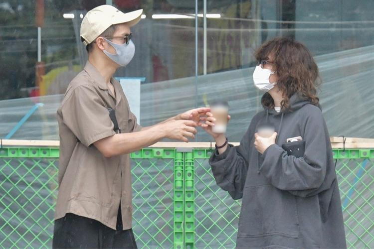 窪田にコーヒーを渡す水川