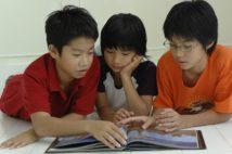 読書が子供達を成長させる(写真/アフロ)