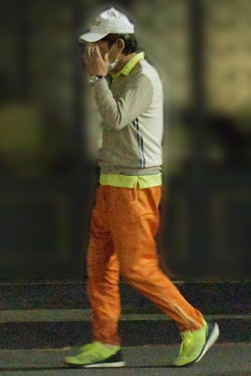 夜道を歩く石田(2020年5月)