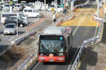 津波被害を受けたJR大船渡線線路跡を走るBRT(バス高速輸送システム)(時事通信フォト)