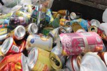 外出自粛で住宅街では酒などの空き缶ゴミが通常の倍以上に増えた(時事通信フォト)