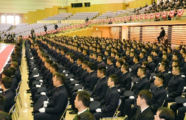 コロナ対策で出席者を限定して開かれた今年の防衛大卒業式(時事通信フォト)