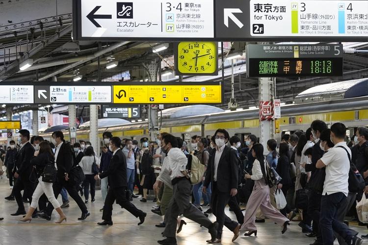 緊急事態宣言の解除で通勤客が戻ってきた駅(時事通信フォト)