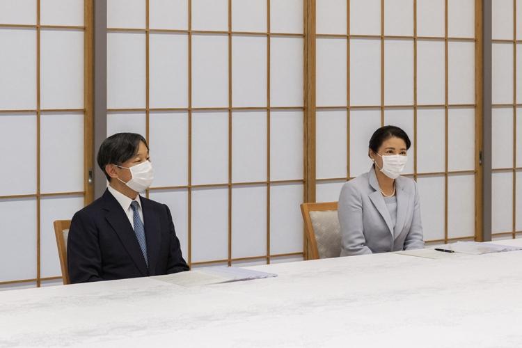 5月20日、日赤幹部からご進講を受けられる両陛下(宮内庁提供)