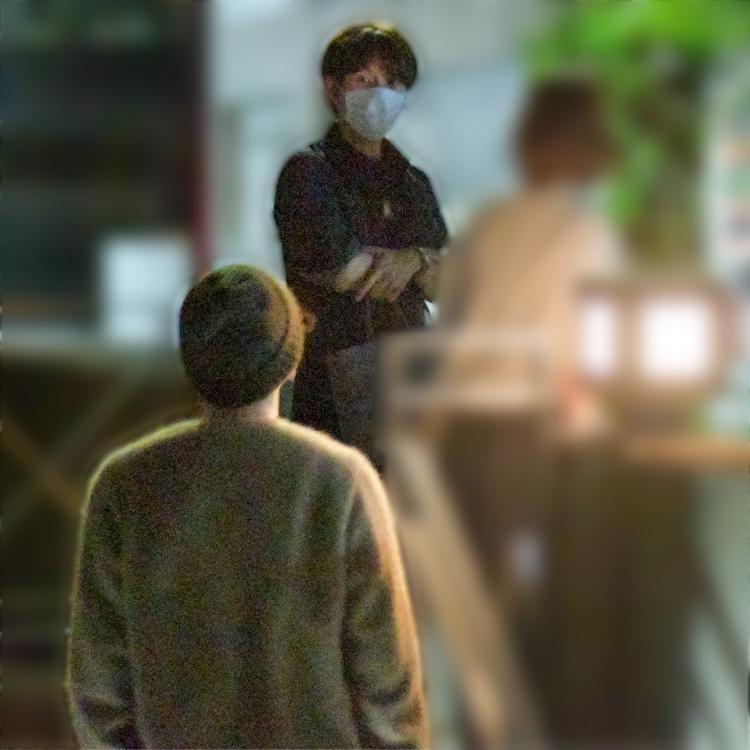 古市氏が店の外で佐藤を待つシーンも(2020年5月)