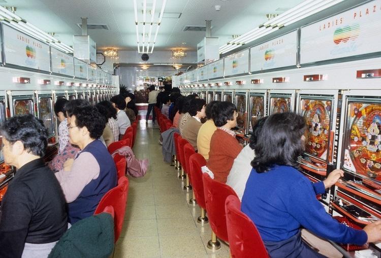 1980年代のブームで全国にパチンコ店が激増。高知市には女性専用パチンコ店もできた(時事通信フォト)