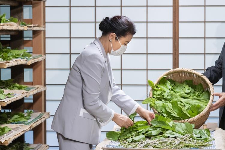 雅子さまが養蚕に取り組まれる写真が公開されたのは初(5月29日)