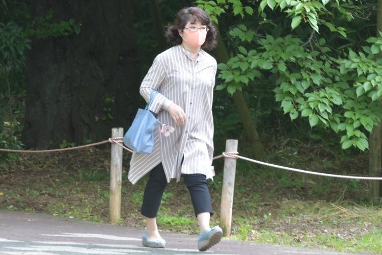 木漏れ日の中をバッグ一つだけを手にした姿で…