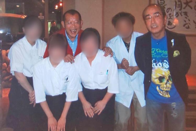 2009年、志村さんは故郷、東京・東村山市にある海鮮鮨「義」に鶴瓶と共に訪れた。遺影はこの頃の写真だという。