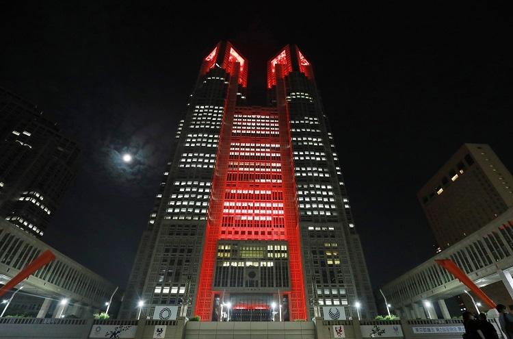 「東京アラート」が初めて発動され、赤くライトアップされた東京都庁(時事通信フォト)