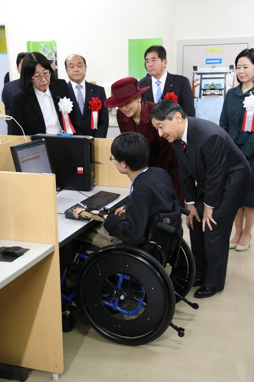 障害者施設を訪れた両陛下(写真/JMPA)