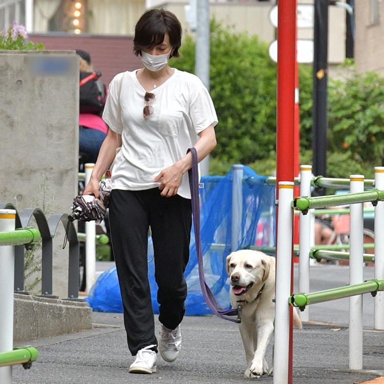愛犬と並んで歩く滝クリ