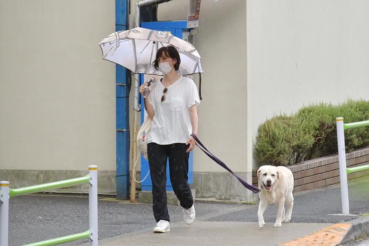 白Tシャツ&スニーカースタイルで愛犬と散歩する滝クリ