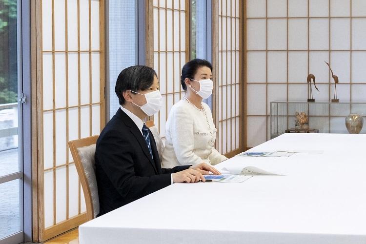 両陛下は保健所関係者から感染症対策について話を聞かれた(6月3日、東京・港区。写真提供/宮内庁)