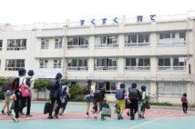 休校が解除され、生徒たちの登校も始まった(時事通信フォト)