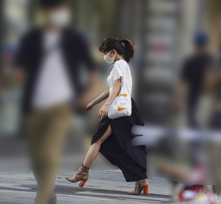 深いスリットのスカート姿の田中みな実。普段の服装にもプロ意識が