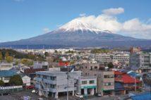 残雪の富士に富士山本宮浅間大社の朱色の鳥居が映える