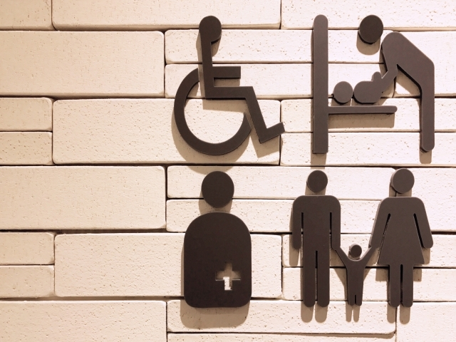 多目的トイレは、通常のトイレ利用が難しい人たちのためにある