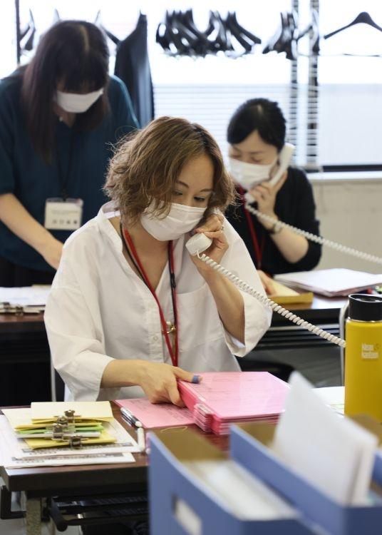 生活支援を求める失業者などからの相談が相次いだ(東京都大田区の社会福祉協議会、2020年6月5日、 写真/ 時事通信社)