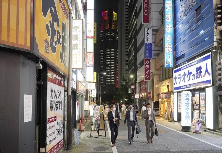 「東京アラート」は解除され休業要請を全面解除されたが新規感染者はなかなか減らない(時事通信フォト)