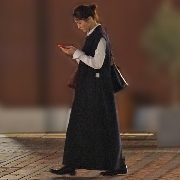 スマホを見つめながら歩く綾瀬