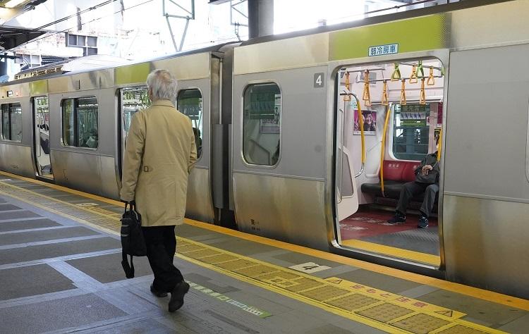 緊急事態宣言後の4月、利用客が少ないJR渋谷駅(時事通信フォト)