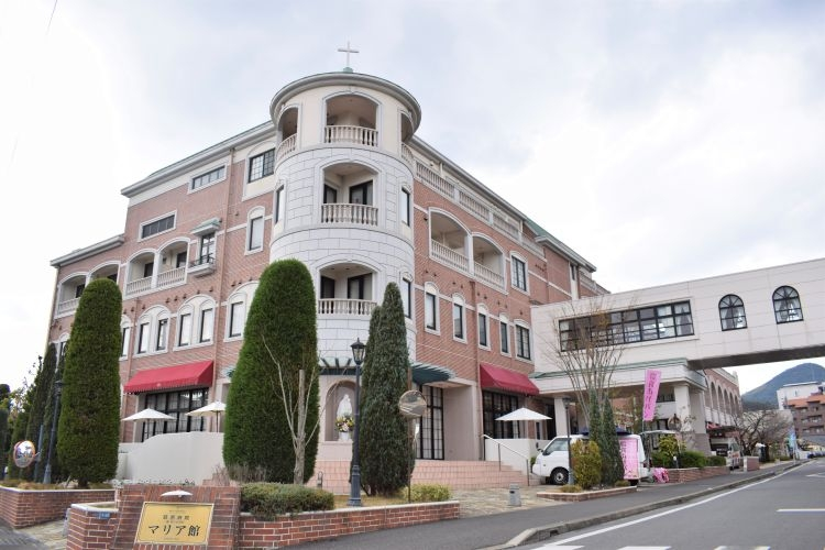 赤ちゃんポストは、慈恵病院本館から一本道を挟んだ新産科棟(マリア館)に設置されている(写真/時事通信社)