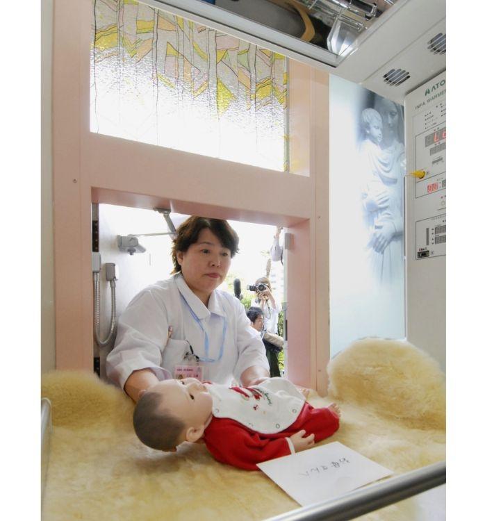 設置当初に公開された「赤ちゃんポスト」の内部(写真/共同通信社)