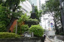 渋谷の道端に佇む慰霊像