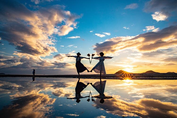 ボリビアのウユニ塩湖のような写真が撮れると話題の夕陽の名所、父母ヶ浜(写真提供:三豊市観光交流局)