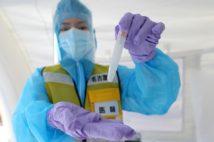 PCR検査は足りるのか(時事通信フォト)